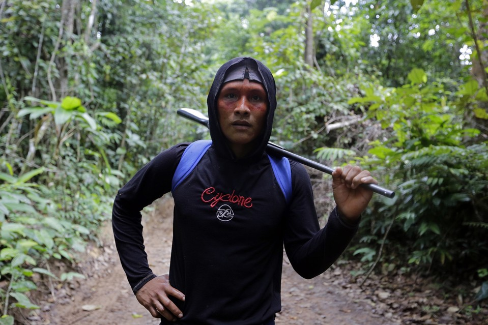 amazon-tribe-fights-loggers-environment-02