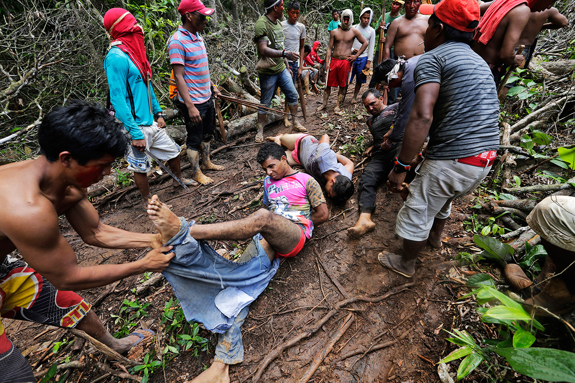 13 Incredible Photos of Amazon Tribe Fighting Back Against ...