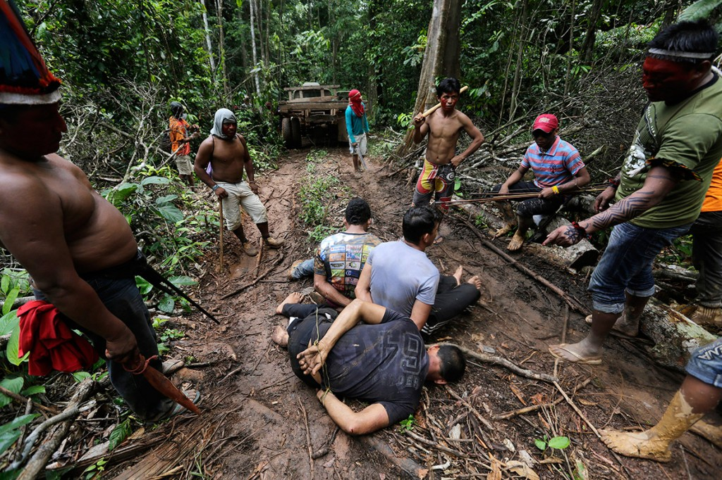 amazon-tribe-fights-loggers-environment-06