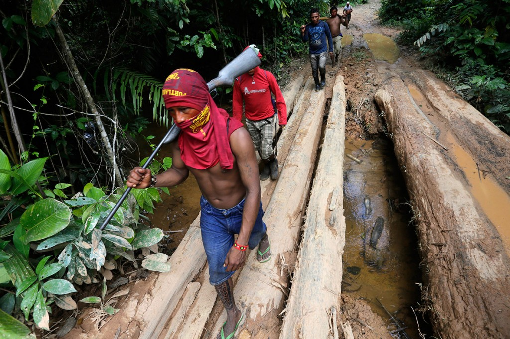 amazon-tribe-fights-loggers-environment-07