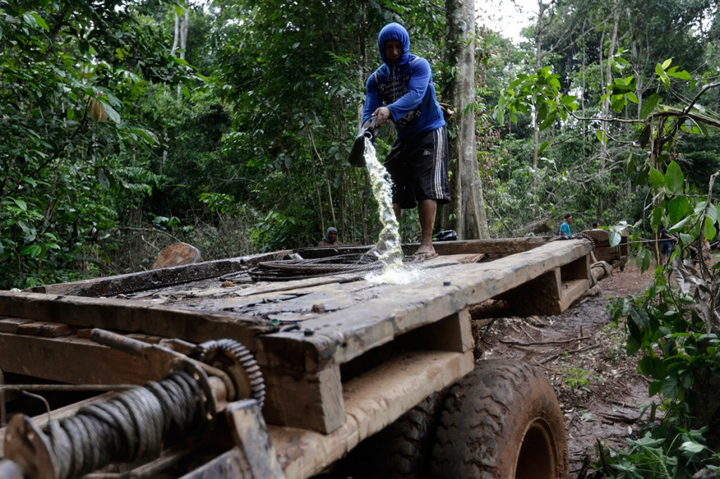 amazon-tribe-fights-loggers-environment-09