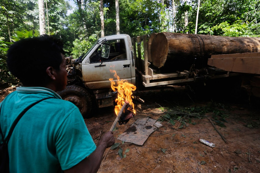 amazon-tribe-fights-loggers-environment-10