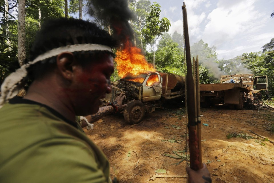 amazon-tribe-fights-loggers-environment-11